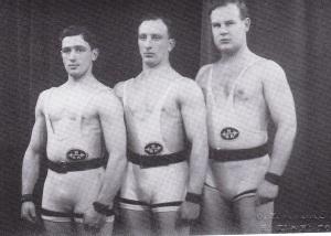 Urheilevat ystävät: Jakob ja Moses Tokazier ja Bruno Nyberg. Jakob toi vuonna 1941 ensimmäisenä suomalaisena painonnoston pohjoismaiden mestaruuden. Bruno jatkoi urheilupoliitikkona.
