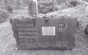 28000 Riian juutalaista murhattiin Rumbulan metsässä loppuvuodesta 1941. Juutalaisyhteisön vaatimaton muistomerkki saatiin paikalle vasta vuonna 1964.