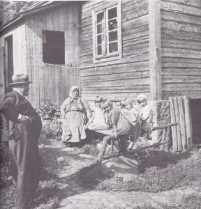 Sillanpään myötätunto oli pienten, poljettujen ihmisten puolella. Tässä mestari Järvelän pihassa Kierikkalassa. Kuva: Sakari Pälsi 1935. Otavan kuva-arkisto